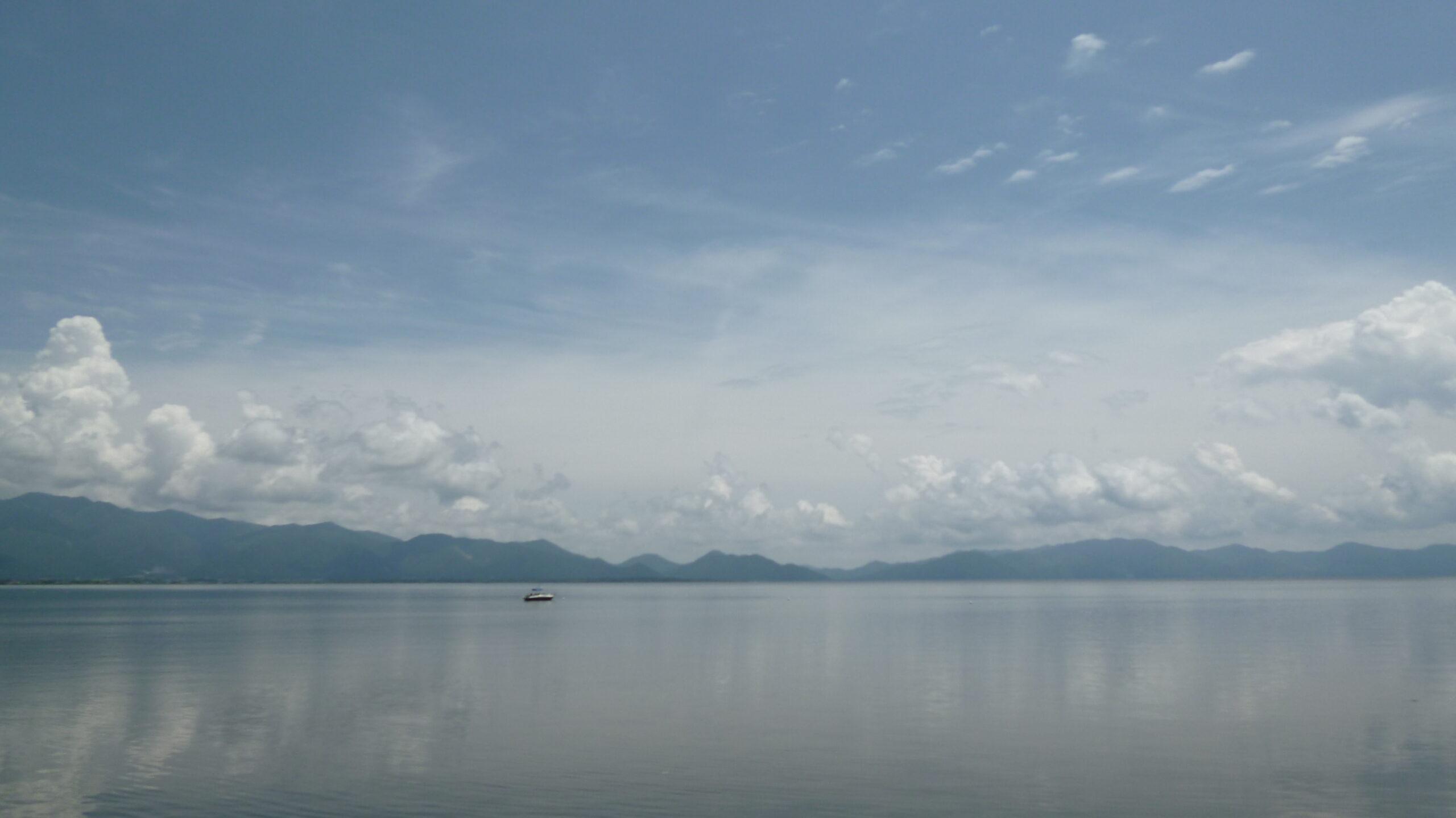 雲を映す雄大な猪苗代湖(令和3年6月撮影)